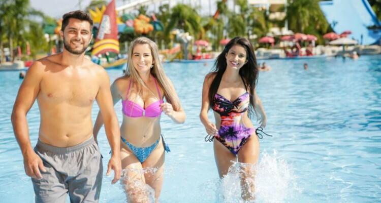 Pessoas saindo da piscina num parque aquático